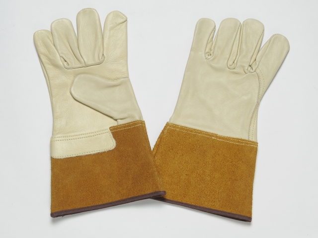BEIGE ALL LEATHER GLOVES. GRAIN PALM AND BACK. SPLIT CUFF