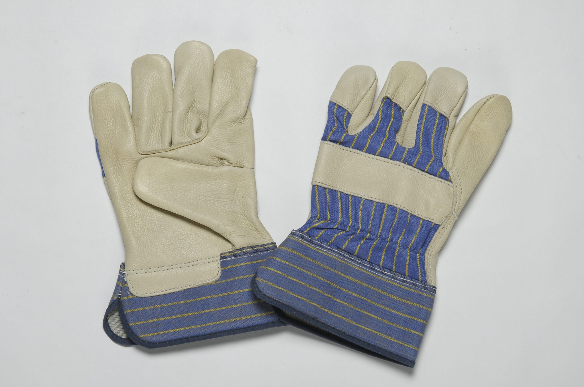 BEIGE GRAIN GLOVES. FLANNEL LINER IN THE PALM. BLUE STRIPE CUFF & BACK. ADJUSTABLE ELASTIC IN THE WRIST