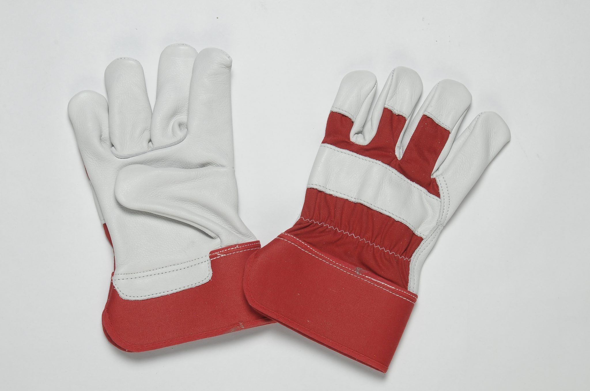 NATURAL GRAIN GLOVES. FLANNEL LINER IN THE PALM. RED CUFF & BACK. ADJUSTIBLE ELASTIC IN THE WRIST.