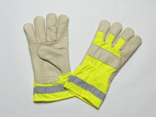 BEIGE GRAIN GLOVES. FLANNEL LINER IN THE PALM. HIGH VISIBILITY CUFF & BACK. ADJUSTABLE ELASTIC IN THE WRIST