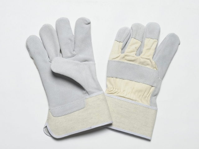 NATURAL SPLIT GLOVES. FLANNEL LINER IN THE PALM. WHITE CUFF & BACK, ADJUSTIBLE ELASTIC IN THE WRIST.