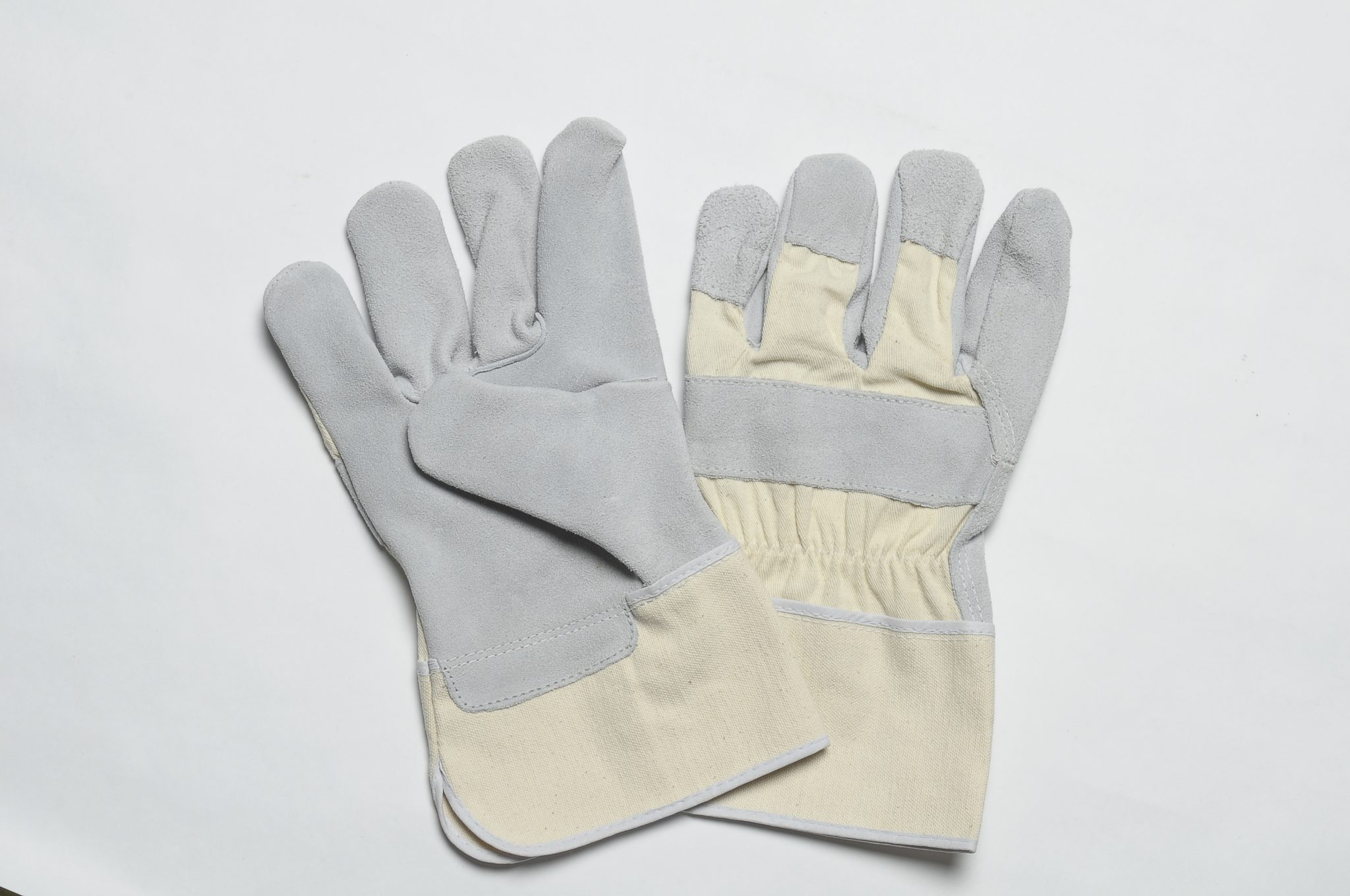 NATURAL SPLIT GLOVES. FLANNEL LINER IN THE PALM. WHITE CANVAS CUFF & BACK, ADJUSTABLE ELASTIC IN THE WRIST.